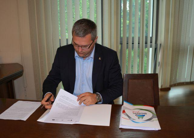 prezydent podpisuje umowę