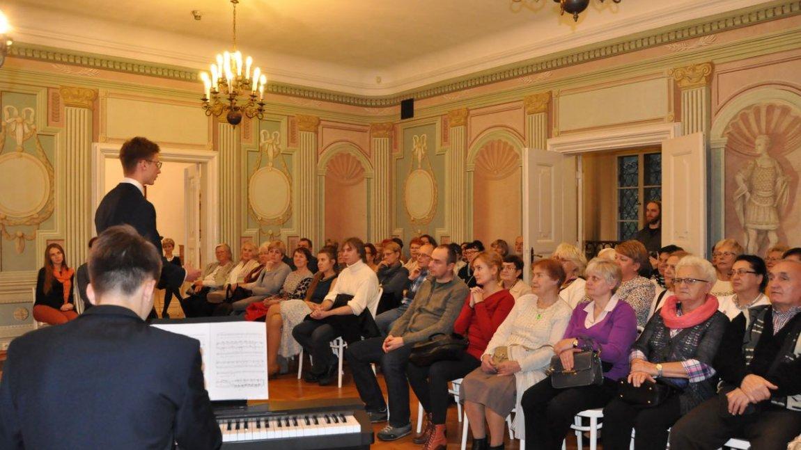 sala pełna słuchaczy