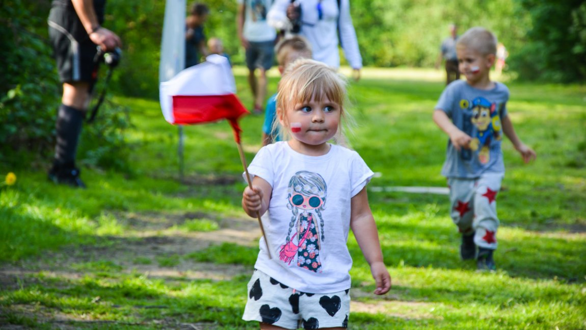 dziewczynka z flagą Polski