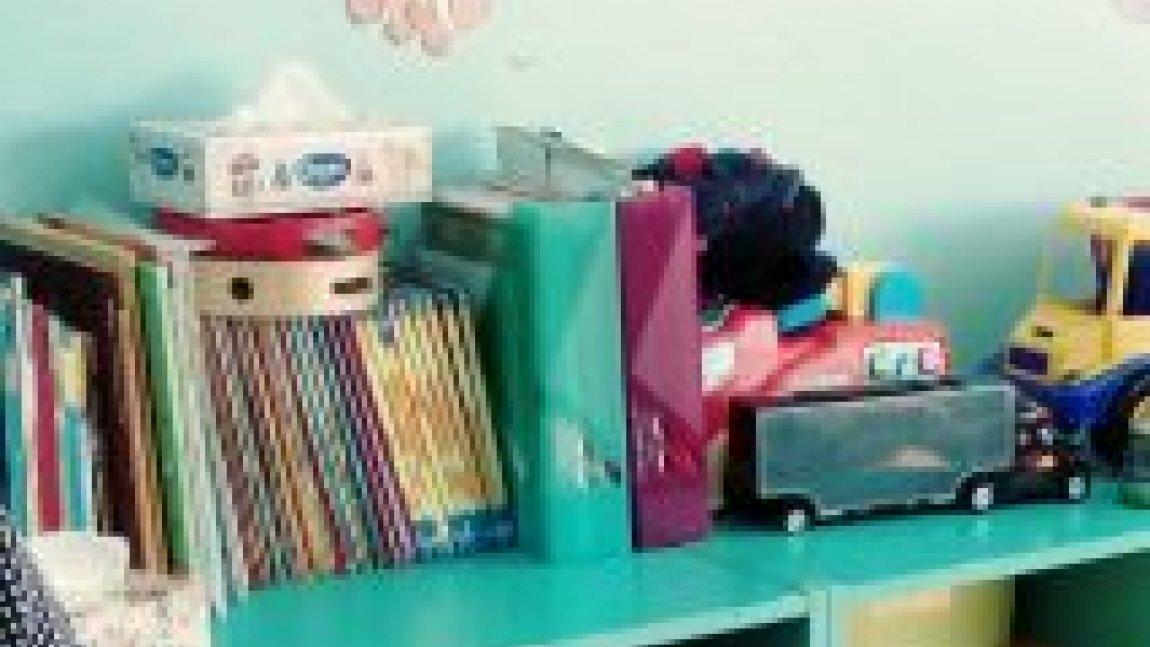 półka z ksiązkami i zabawkami