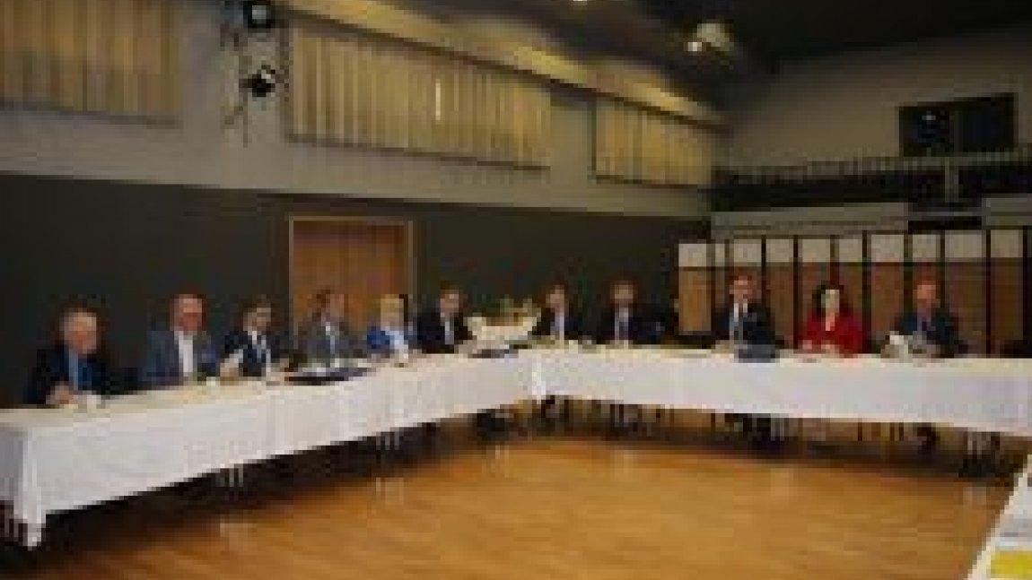 Uczestnicy posiedzenia siedzący za stołem
