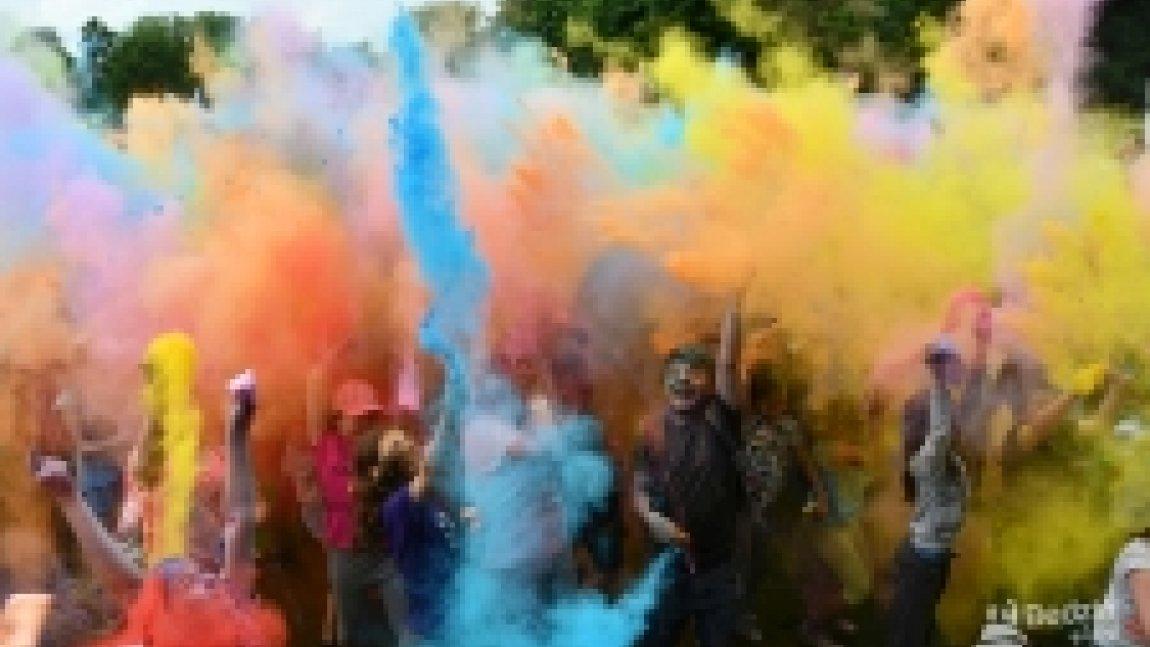 Wystrzał kolorowych proszków Holi