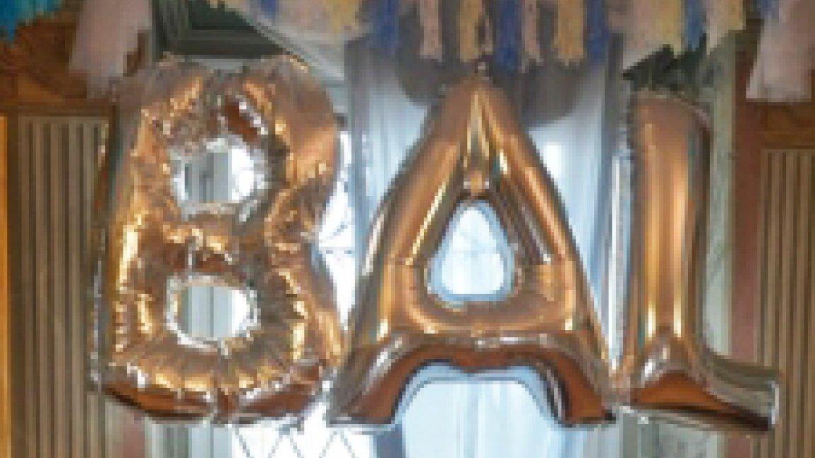 Złote balony w kształcie wyrazu Bal