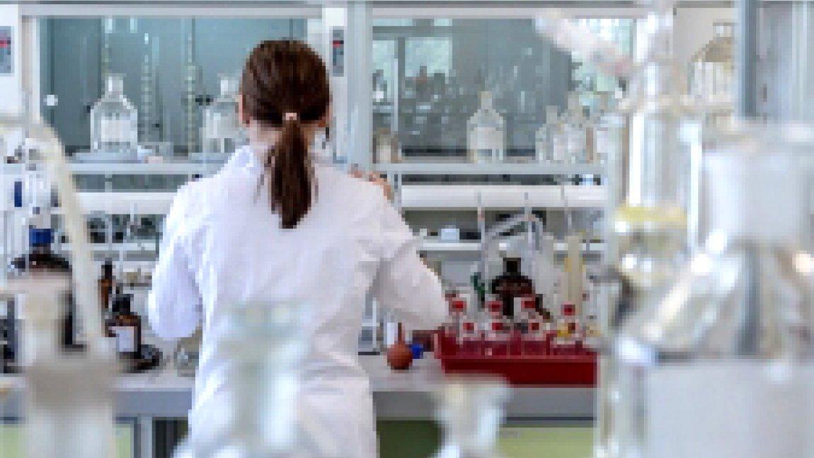 Zdjęcie kobiety stojącej tyłem w laboratorium