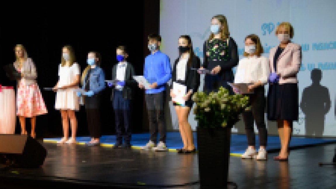 Uczniowie na scenie