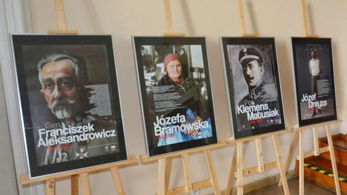 Cztery sztalugi z plakatami