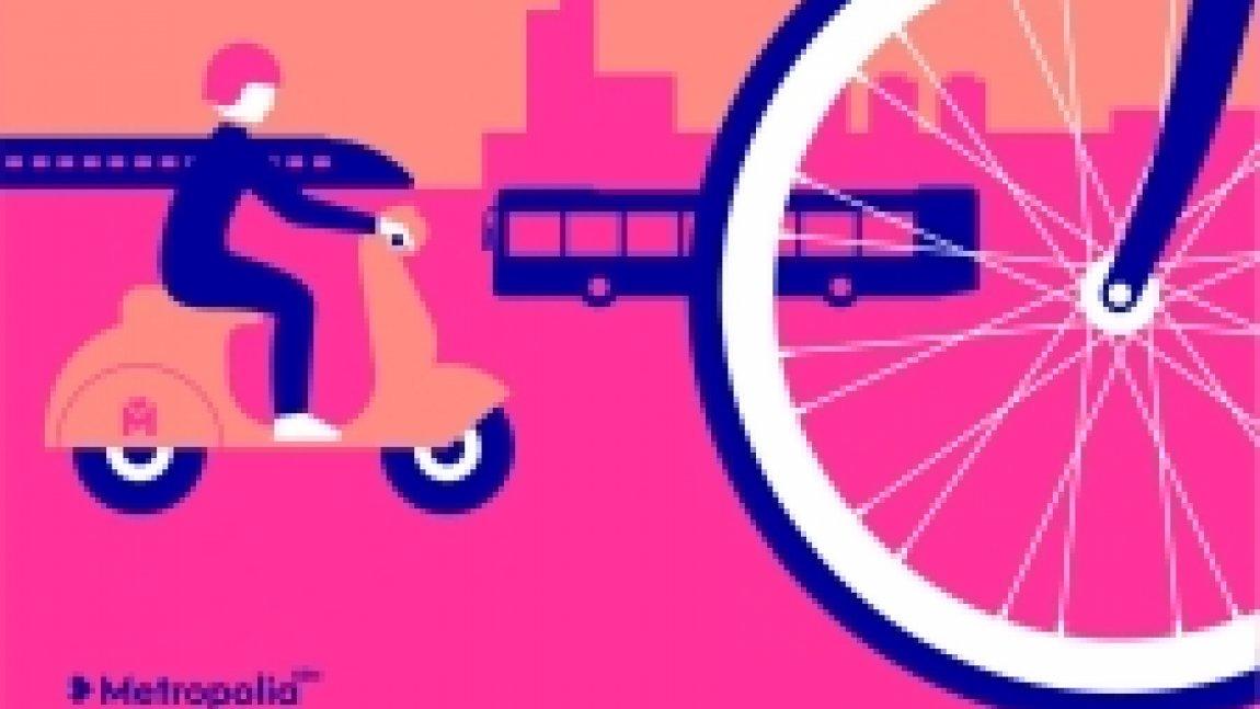 Ilustracja w kolorze różowym przedstawiająca koło od roweru, postać jadącą na skuterze oraz w tle autobus