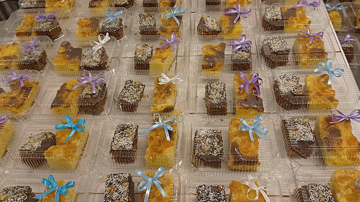 Zapakowane ciasta dla potrzebujacych