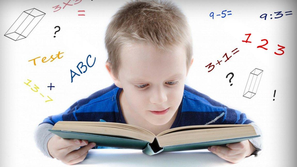 Ilustracja przedstawiająca czytającego chłopca
