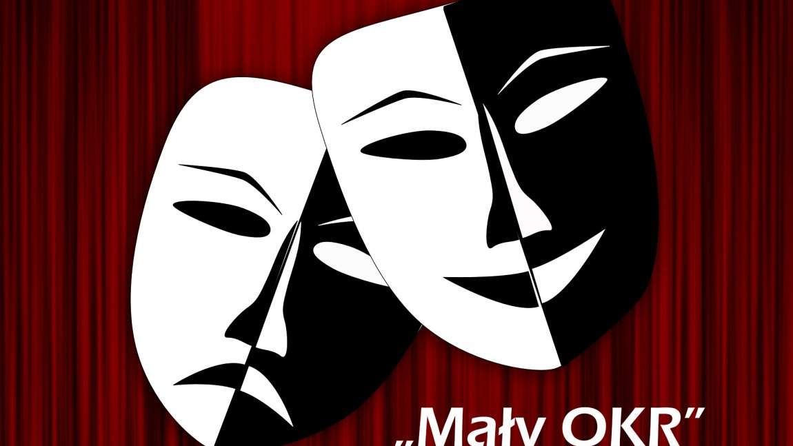 Ilustracja przedstawiająca dwie maski biało-czarne na tle bordowej kurtyny oraz biały napis Mały Okr