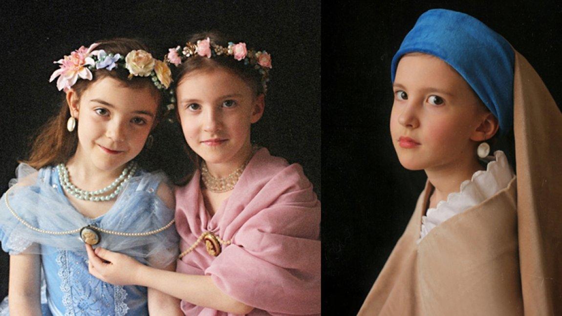 Ilustracja przedstawiająca trzy dziewczynki w dawnych strojach