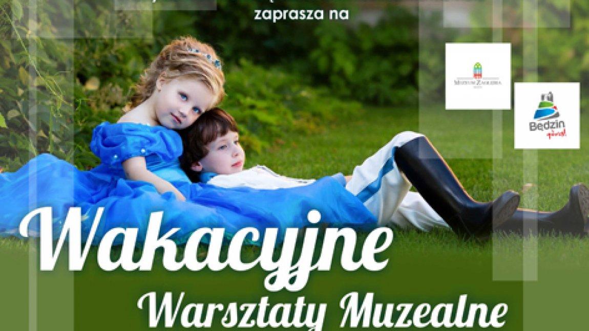 Ilustracja przedstawiająca dziewczynkę i chłopca siedzących na trawie oraz biały napis Wakacyjne Warsztaty Muzealne